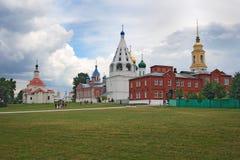 KOLOMNA, RUSLAND - JUNI 14: De mensen lopen binnen het ensemble van het Kathedraalvierkant in Kolomna het Kremlin op 14 Juni, 201 Stock Foto's