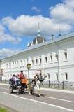 Kolomna Rusland, 29,2014 Juni, Russische scène: Mensen in de wagen, door de witte paardritten wordt getrokken langs de muren van  stock afbeeldingen