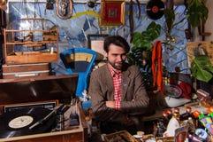 Kolomna, Russia - 3 gennaio 2017: Venditore del mercato delle pulci, situato nell'itinerario turistico del cuore, clienti aspetta Fotografia Stock
