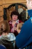 Kolomna Ryssland - Januari 03, 2017: besökare för Kvinnlig-handbok hovslagareSettlement museum bland Arkivfoton