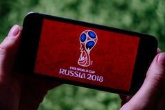 KOLONIA NIEMCY, CZERWIEC, - 17, 2018: Zbliżenie iPhone ekran z futbolu WORLDCUP 2018 logem w Rosja zdjęcie stock