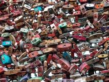 KOLONIA NIEMCY, GRUDZIEŃ, - 06, 2018 Miłość blokuje przy Hohenzollern mostem w Kolonia, Niemcy zdjęcia stock