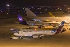 Kolonia Północny Westphalia, Germany,/- 26 11 18: eurowings aiplane przy lotniskowym cologne Bonn Germany przy nocą obraz stock