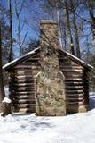 Koloniaal Blokhuis in Sneeuw Stock Foto