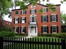 Koloniaal Huis met bakstenen muren stock fotografie