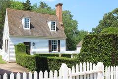 Koloniaal stijlhuis met tuin royalty-vrije stock foto's