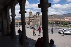 Kolonial arkitektur- och bedövakyrka på plazaen de Armas i Cuzco royaltyfri foto