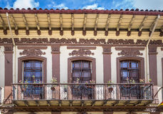 Kolonial balkong i Cuenca - Ecuador Arkivbild