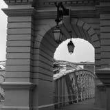 Kolonial bro för gammal metall på den Singapore floden i svartvitt analogt filmfotografi - 3 royaltyfri fotografi