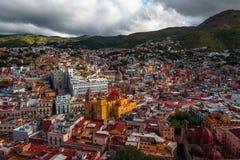 Kolonial färgrik folkmassastad och hus av silver som bryter historia, Mexico, amerikan royaltyfria foton