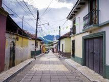 Kolonial gata med färgrika hus i San Cristobal de Las Casas, Chiapas, Mexico arkivbild