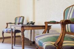 Kolonial liten tabell och fåtöljer Royaltyfria Bilder
