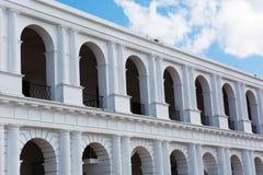 Kolonial spansk byggnad med bågar Arkivbilder