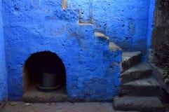 Kolonial stil och färgrika väggar arkivbilder