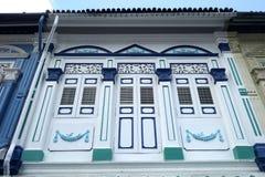 Kolonial stil shoppar hus Royaltyfri Foto