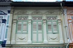 Kolonial stil shoppar hus Arkivbilder