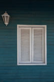 Kolonial stil Vitt fönster på den träig väggen Fotografering för Bildbyråer