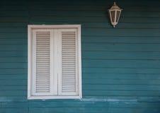 Kolonial stil Vitt fönster på träväggen Arkivbild