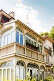 Koloniala balkonger som sett på fasaden Arkivfoton