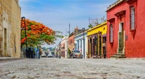 Koloniala buidlings i gammal stad av den Oaxaca staden i Mexico Royaltyfri Foto