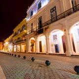 Koloniala byggnader i gammala Havana på natten Arkivbild