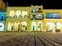 Koloniala byggnader i gammala Havana på natten Royaltyfri Foto
