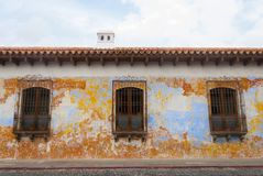 Koloniala byggnader och lappade gator i Antigua, Guatemala, Central America arkivbilder