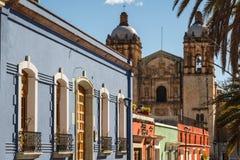 Koloniala fasader i den historiska mitten av Oaxaca arkivbilder