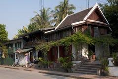 Koloniala hus av köpmän på den i stadens centrum gatan av Luang Prabang staden för världsarv. Royaltyfri Fotografi