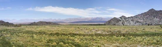 Kolonialarchitektur in Cachi, im blauen Himmel und in den Vögeln argentinien Lizenzfreies Stockfoto