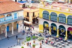 Koloniale gebouwen en openluchtrestaurant in Oud Havana Royalty-vrije Stock Fotografie