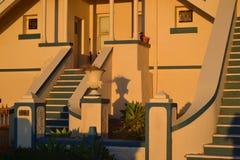 Koloniale huis voorportiek in het zonsonderganglicht Stock Fotografie
