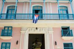 Koloniale huisvoorgevel met Cubaanse vlag Royalty-vrije Stock Afbeeldingen