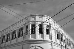 Koloniale stijlvoorgevel met nutslijnen, B&W Royalty-vrije Stock Afbeeldingen