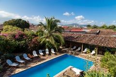 Kolonialgarten mit Pool in Nicaragua Stockfotografie
