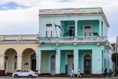 Kolonialgebäude in Jose Marti Park in Cienfuegos, Kuba stockfoto