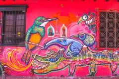 Kolonialhaus mit Graffiti La Candelaria, Bogota, Kolumbien stockfoto