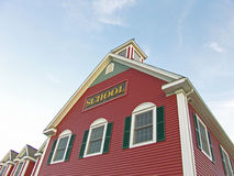 Kolonialhaus-Schule-blauer Himmel Stockfotografie