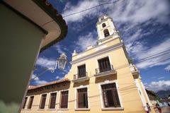 Kolonialkathedrale und Glockenturm in Trindad lizenzfreie stockbilder