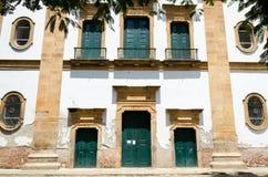 Kolonialni i dziejowi miasta starzy domy i churchs Zdjęcia Stock
