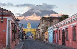 Kolonialny Hiszpański architektury Santa Catalina łuku Agua wulkan Antigua Gwatemala zdjęcie royalty free