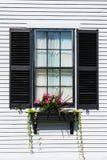 Kolonialstil-Außenfenster auf Haus stockbilder