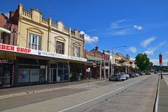 Kolonialstilhandelsgebäude entlang der Hauptstraße der kastanienbraunen Straße im Goulburn-Stadtzentrum, New South Wales, Austral Lizenzfreie Stockfotos