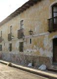 Kolonialstraße in Oaxaca lizenzfreie stockbilder