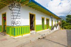 Kolonialt hus som dekoreras i gröna Salento Arkivfoto