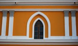 Kolonialt stilfönster Arkivfoto