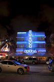 Kolonihotell på havdrevet i Miami Beach på natten Arkivfoton