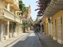 Koloniinvånarehus på gatan i Cartagena de Indias, Colombia Royaltyfria Bilder