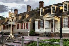 Koloniinvånaren Williamsburg gör till kung armkrogen på skymning Royaltyfria Foton