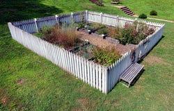 Koloniinvånareträdgård med lyftta grönsakväxtsängar Arkivfoton